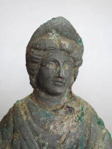 Détail d'une figurine en bronze constituant une partie du dépôt rituel découvert dans les niveaux d'abandon du IIIe siècle apr. J.-C.