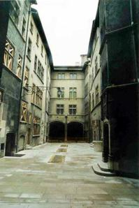 Sol reconstitué après la fouille de la cour d'honneur © SA Ville de Lyon